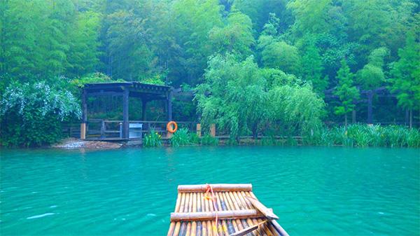 """2015.6.23—6.24我们参加了奥凯组织的""""常州天目湖&南山竹海""""二日游。仁者乐山,智者乐水,我么这次旅游山水皆有。 目标天目湖山水园景区,出发! 天目湖被誉为""""江南明珠""""、""""绿色仙境"""",是生态保护区,青山环抱,湖中有一座座岛屿,湖水清澈,风景秀丽。老者在这里静静地垂钓,等待着他的鱼儿到来;或者泡上一壶白茶,选择一个午后,在这里消磨时光也不失为一种享受。 走进天目湖景区,首先映入我们眼帘的就是""""孝"""